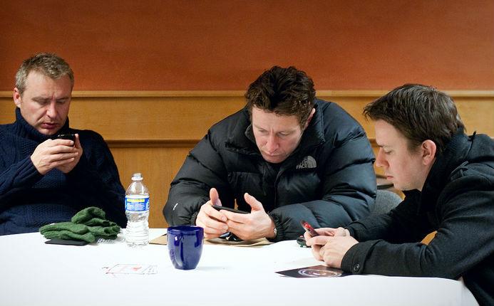 mamak stall play handphone
