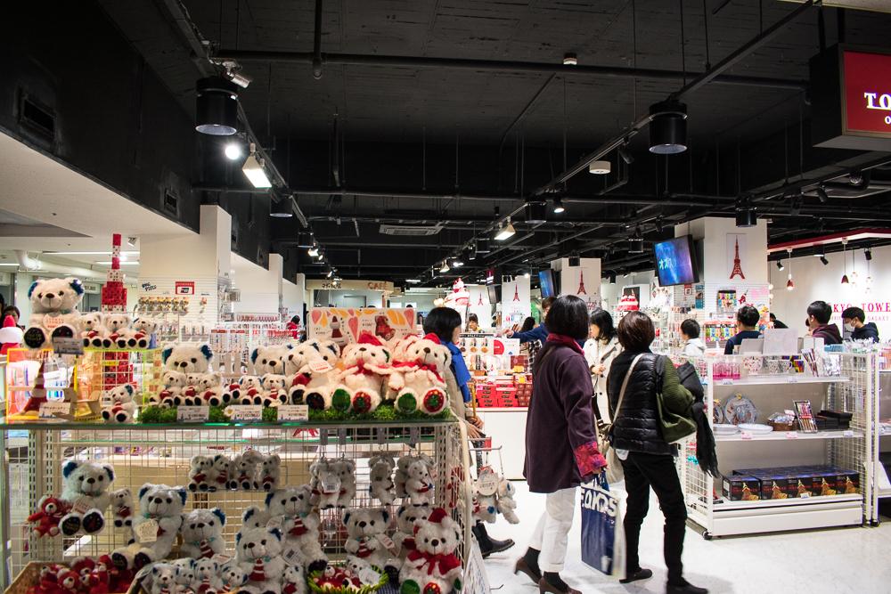 buy souvenirs at tokyo tower